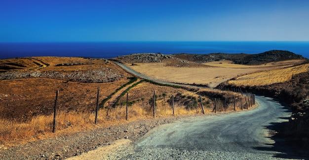 Una strada tra il mare e le montagne a rethimno, creta, grecia