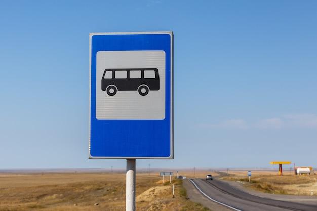 Fermata dell'autobus del segnale stradale sull'autostrada nel kazakistan