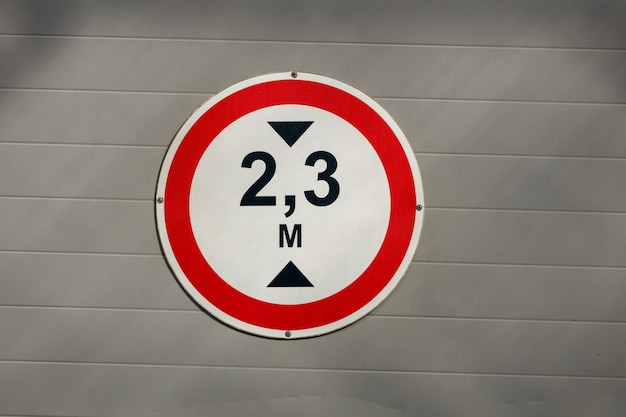 Cerchio bianco del segnale stradale con il bordo rosso. limite di altezza. foto di alta qualità