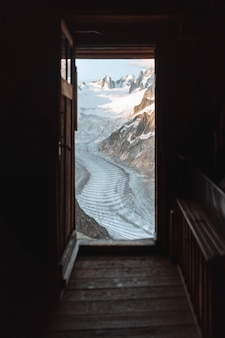 Strada tra le alpi di chamonix coperte di neve in francia