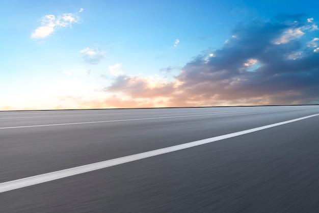 Superficie stradale e paesaggio naturale del cielo