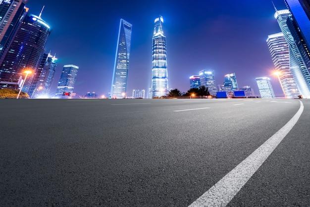 Orizzonte della superficie stradale e del paesaggio architettonico urbano