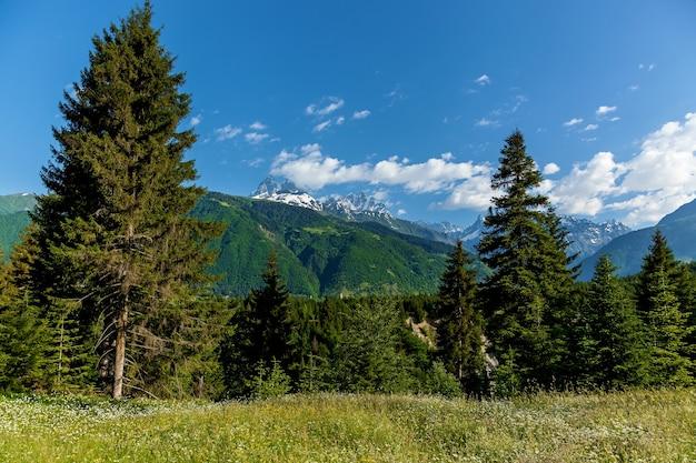 La strada per svaneti con paesaggi di montagna e splendidi panorami, s