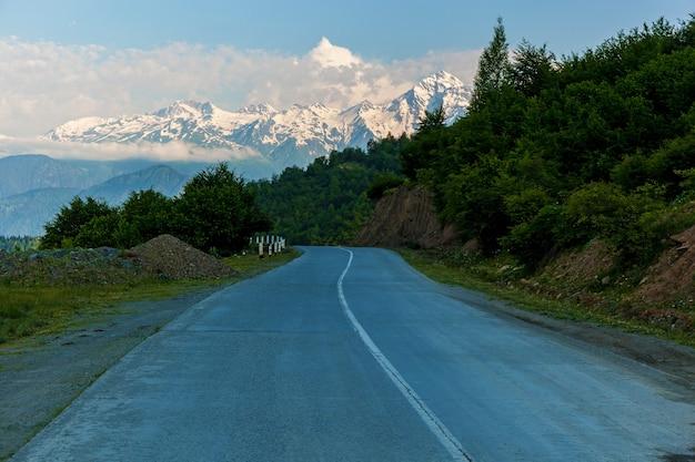 La strada per svaneti con paesaggi di montagna e splendidi panorami, torri svan e vecchi abbandonati