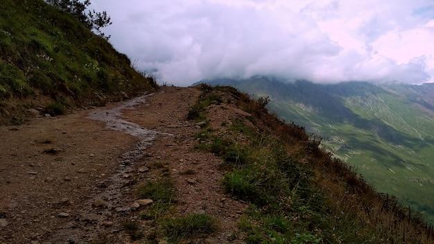 Strada verso la cima della montagna. caucaso