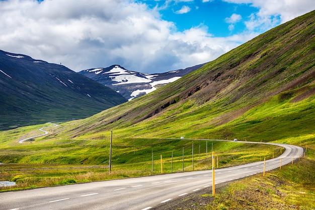 Il viaggio su strada in campagna ha guidato in islanda, estate