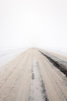 Strada in inverno coperta di neve