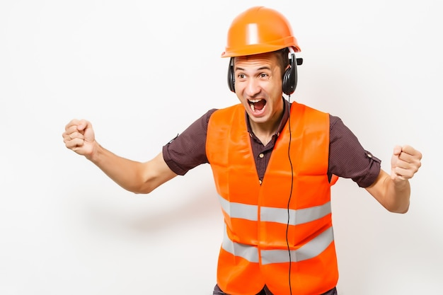 Lavoro stradale. lavoratore autostradale caucasico sulla trentina con elmetto protettivo