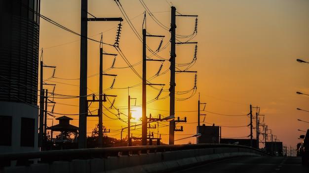 Strade e luce dorata durante la vista del tramonto serale.