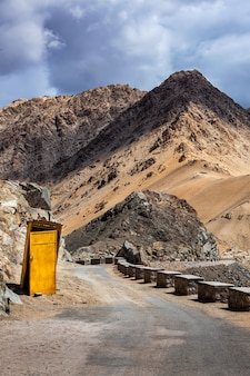 Servizi igienici sul ciglio della strada sulla strada in himalaya