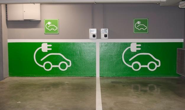 Cartello stradale di una stazione di ricarica gratuita per auto elettriche in un parcheggio di un supermercato europeo