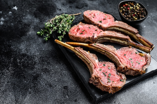 Costata di agnello arrosto bistecche di carne su una tavola di marmo
