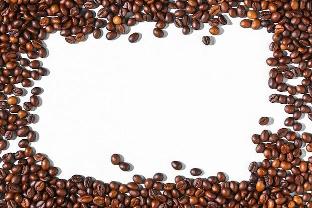 Chicchi di caffè marroni arrostiti su una priorità bassa