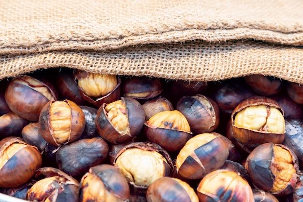 Castagne arrostite in sacchetto di tela. castagne in juta