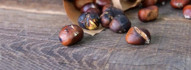 Castagne arrostite rovesciate sul tavolo di legno