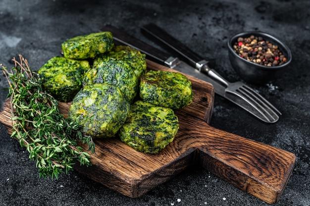 Tortino di falafel vegetale vegetariano di ceci arrosto su un piatto rustico. sfondo nero. vista dall'alto.