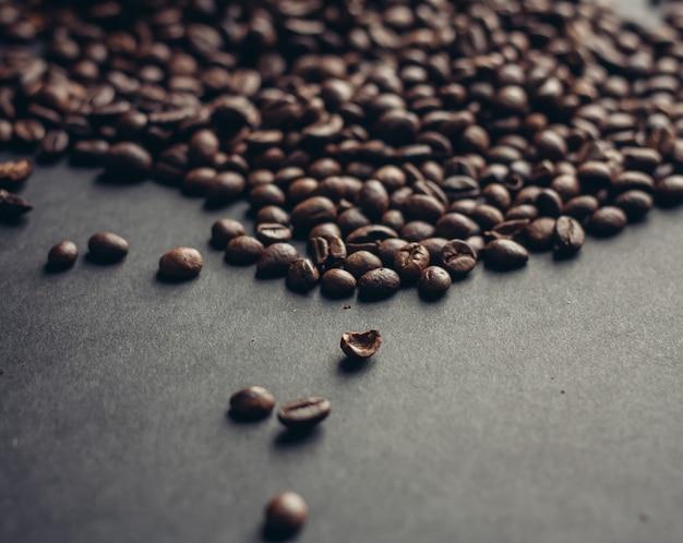 Chicchi di caffè tostati su una trama di sfondo grigio