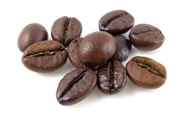 Chicchi di caffè tostati isolati su priorità bassa bianca. concentrazione completa.