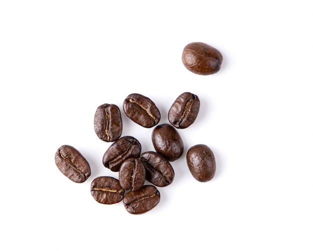 Chicchi di caffè arrostiti isolati nel fondo bianco. vista dall'alto