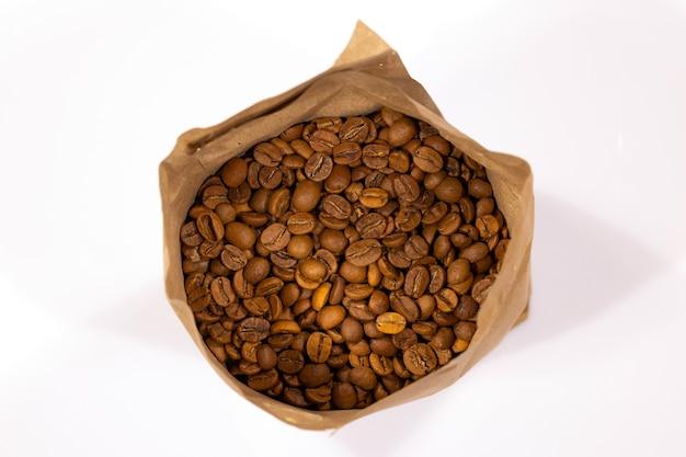 Chicchi di caffè tostati isolati in sfondo bianco