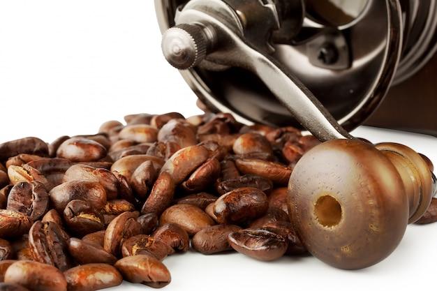 Chicchi di caffè tostati con macinacaffè