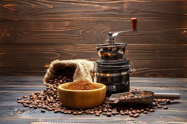 Chicchi di caffè arrostiti su fondo di legno