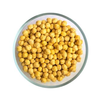 Ceci croccanti arrostiti o snack chana con sale in una ciotola rotonda isolati su sfondo bianco