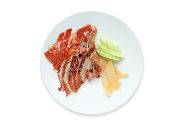 Cibo cinese di anatra arrosto sul piatto in ceramica cerchio isolato su sfondo bianco.