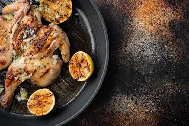 Pollo dorato arrosto, sul vecchio fondo rustico