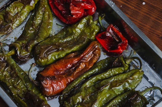 Peperoni verdi e rossi arrostiti su un vassoio
