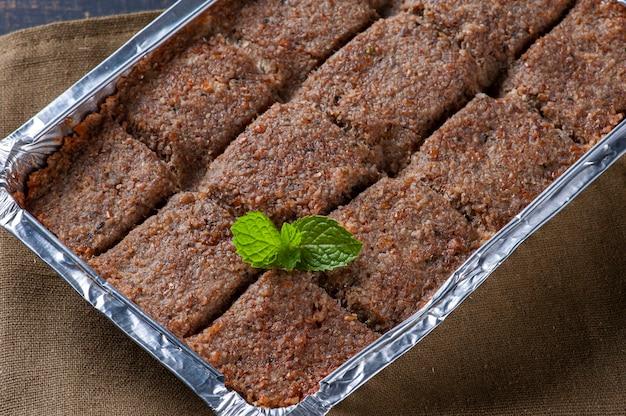 Kebab arrosto, tipica prelibatezza araba, molto comune anche in brasile. a base di carne macinata, grano e menta
