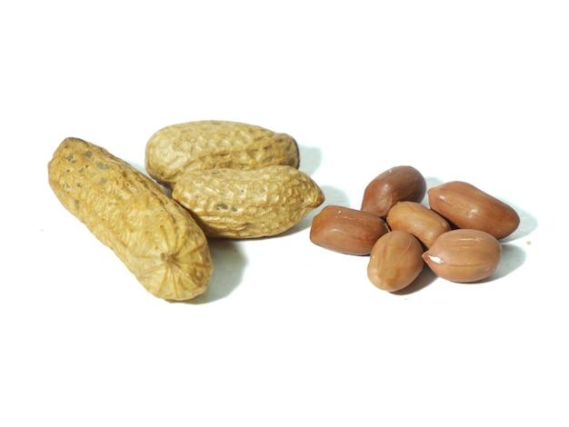 Arachidi tostate per mangiare in sfondo bianco