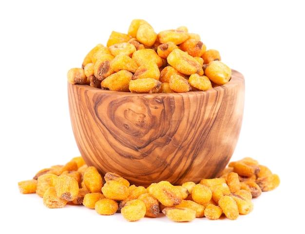 Noci di mais salate arrostite in una ciotola di olive, isolate su sfondo bianco. spuntino alla birra, mais secco con spezie.