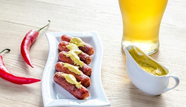 Salsicce arrosto con un bicchiere di birra