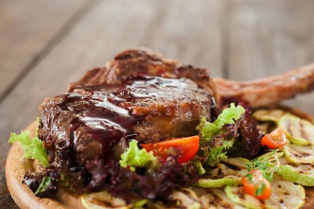 Bistecca arrosto con osso con verdure
