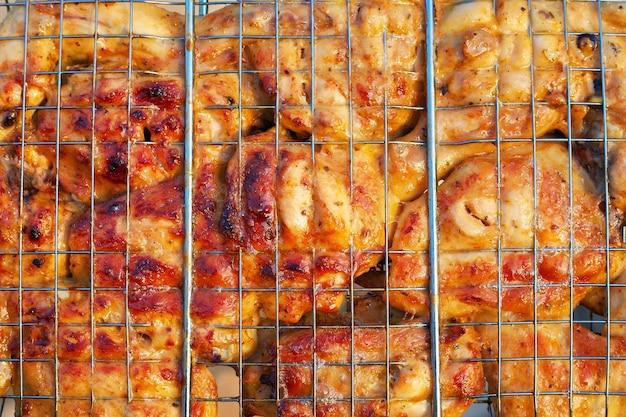 Pollo arrosto. cottura della carne sul fuoco. sfondo delizioso