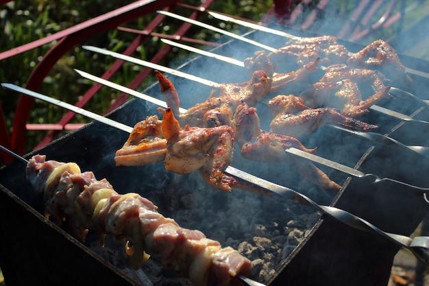 Arrostire il succoso shish kebab sulla griglia in natura