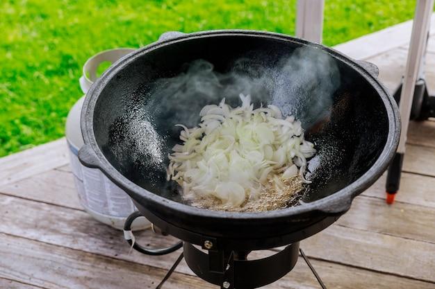 Arrostire la cipolla in un calderone