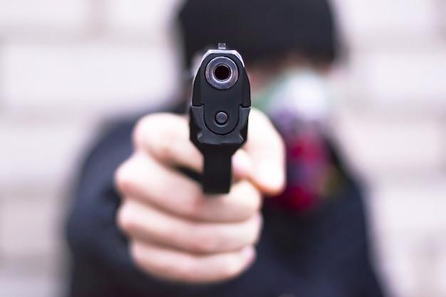 Il rapinatore attacca con una pistola da vicino