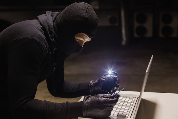Ladro di acquisti online mentre si illumina con il suo telefono