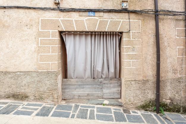 Robledillo de gata spagna 27 marzo 2021porta di una vecchia casa protetta da tende e assi di legno