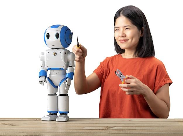 Il concetto di assistente del robot con la donna asiatica ripara il robot della rappresentazione 3d