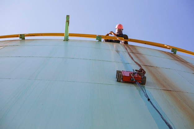 Robot auto arrampicata spessore shell piastra serbatoio olio sotto lavoratore maschio tirare la corda