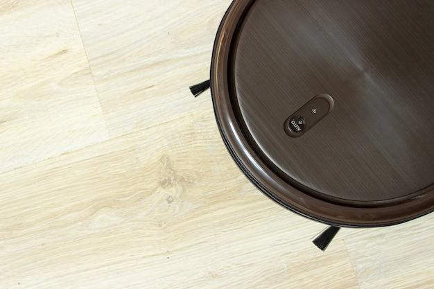 Robot per la pulizia della casa. pulitore robot automatico a terra. robot aspirapolvere a soffitto nero