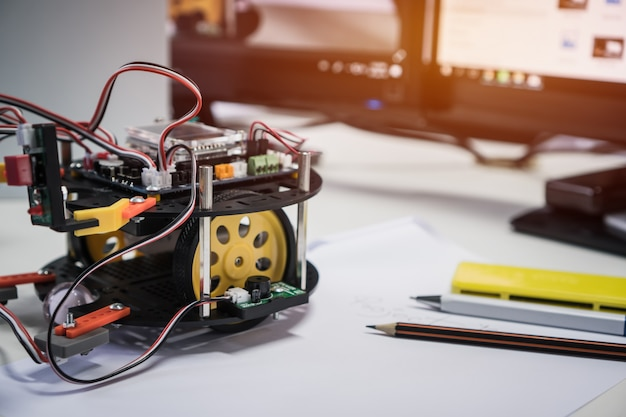 Tecnologia dei robot e concetto di classe di educazione stem: apprendimento dei programmi di luci a led intelligenti dei robot
