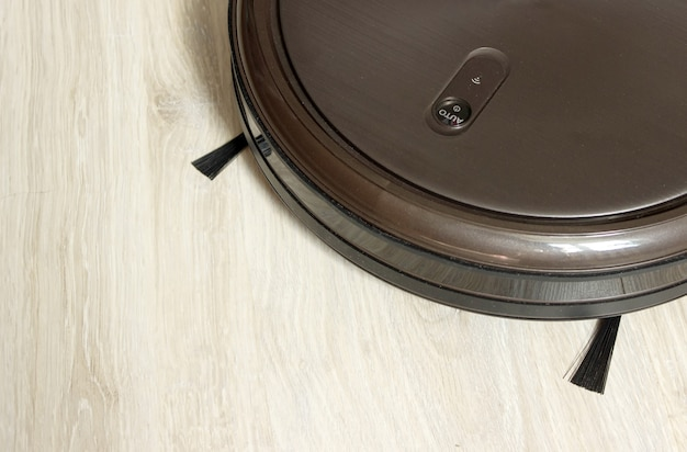 L'aspirapolvere robot automatizza la macchina pulita del pavimento. robot per la pulizia della casa. tecnologia di vita intelligente