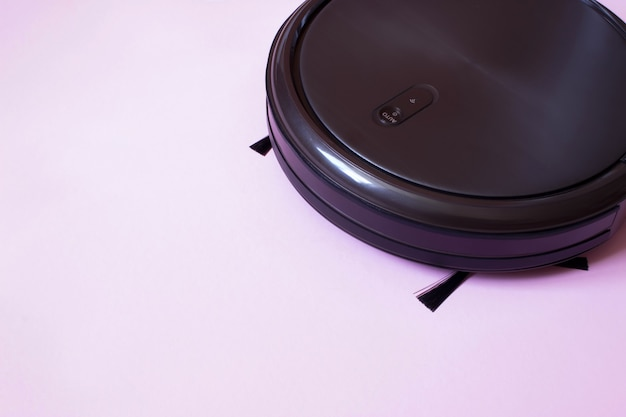 Il robot aspirapolvere esegue la pulizia automatica. interno, lavori domestici.