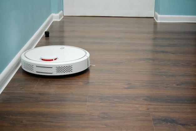 Aspirapolvere robot sul pavimento, pulizia