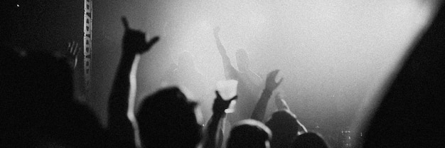 Rock band che suona un concerto in una live house in europa