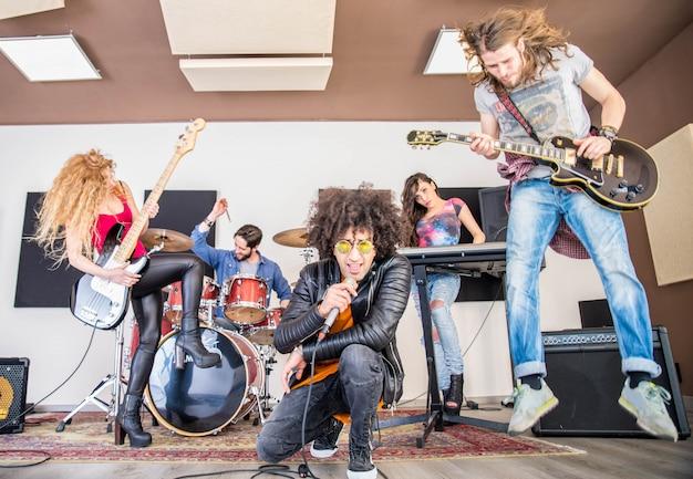 Banda rock che suona in uno studio di registrazione